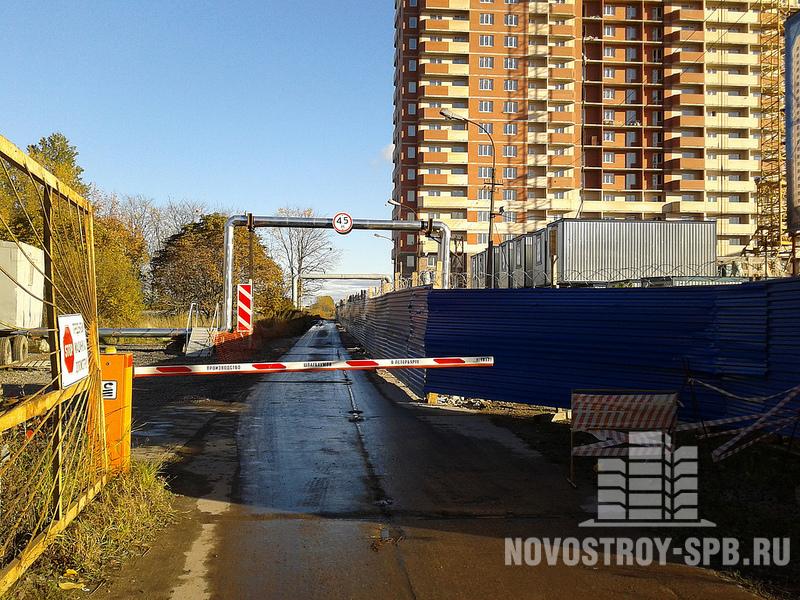 Некоторые жалуются на близость железной дороги, проходящей «в 70 метрах от фундамента».