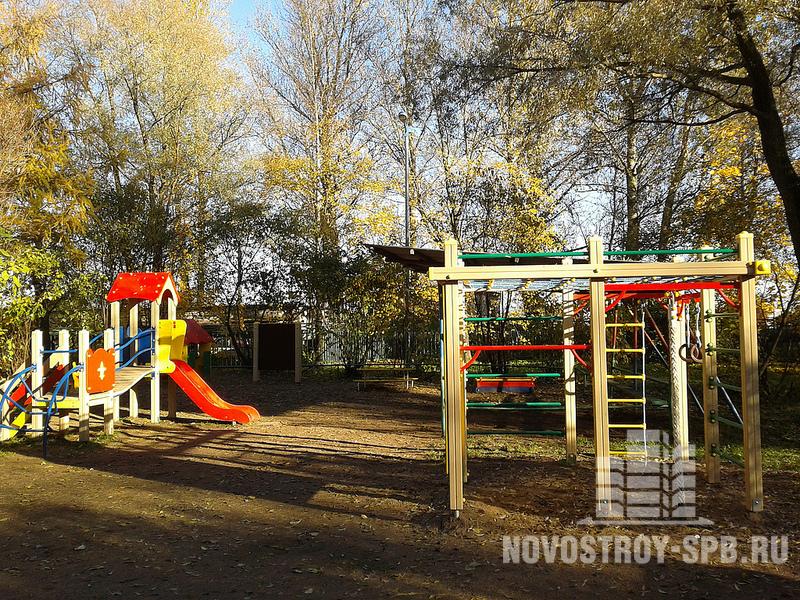 Рядом — аккуратная площадка: игрушечные жирафы, домики, горки