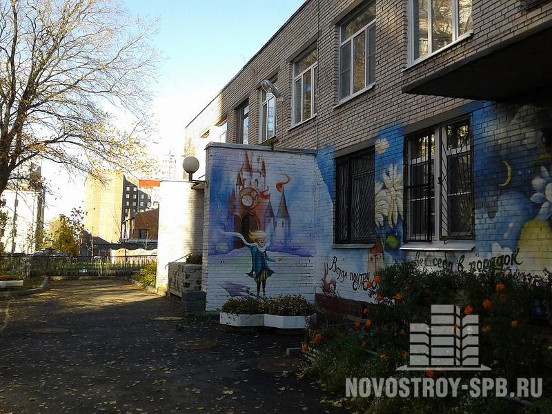 Подхожу к детскому саду, стены которого украшены картинками и цитатами из «Маленького принца».