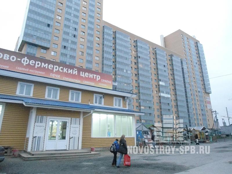 В реальности оказалось, что корпуса жилого комплекса отделены от железной дороги лишь тротуаром