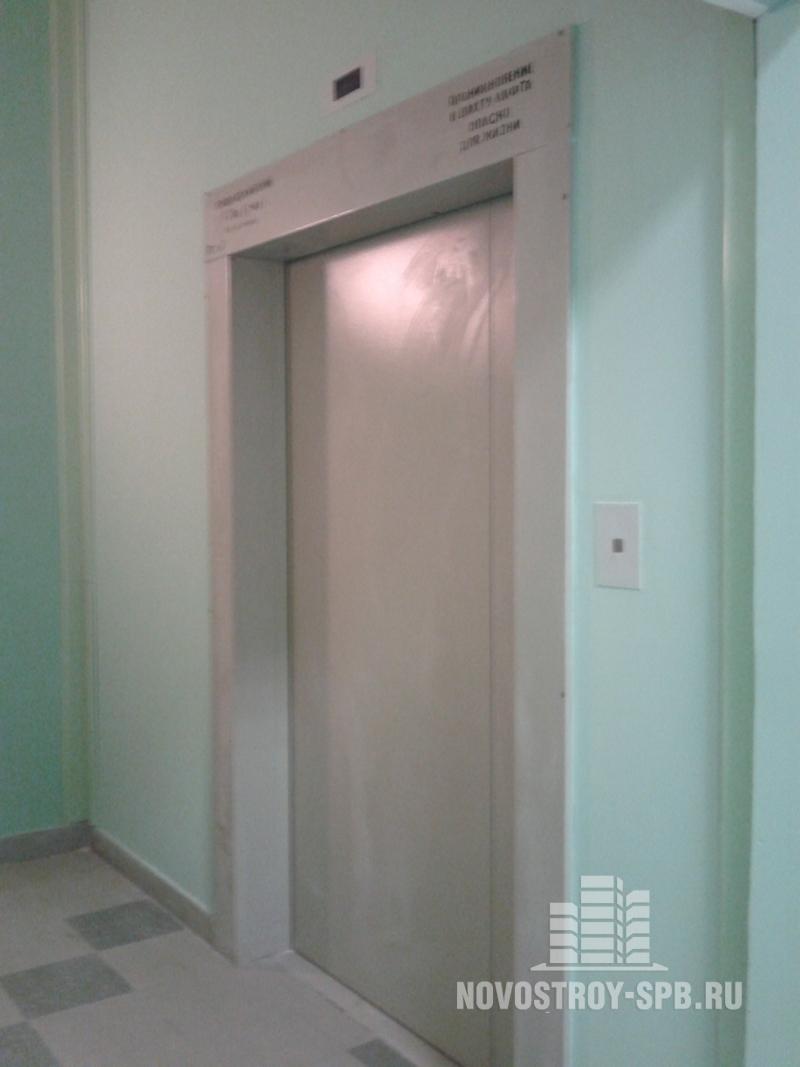 зеленые стены, тяжеловесные отечественные лифты.