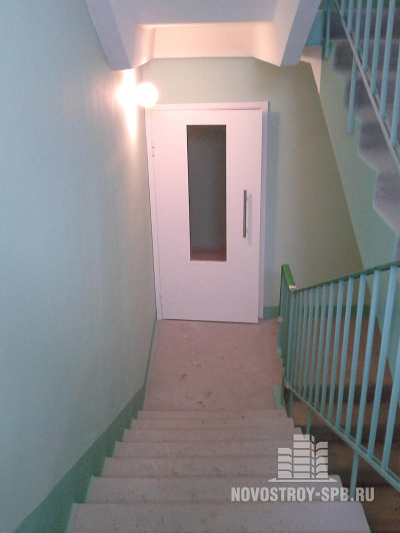 Если цвет стен еще может варьироваться от корпуса к корпусу, то лифты везде одинаковые.